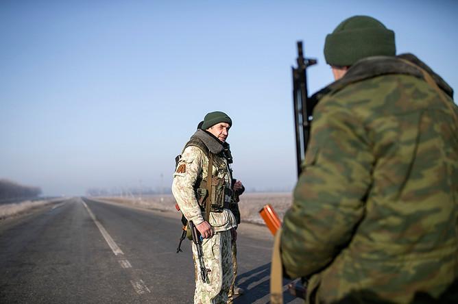 Личный состав вооруженных сил ДНР на страже у контрольно-пропускного пункта вблизи Донецка
