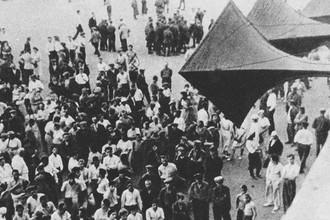 Жители одного из городов СССР слушают сообщение об объявлении войны 22 июня 1941 года