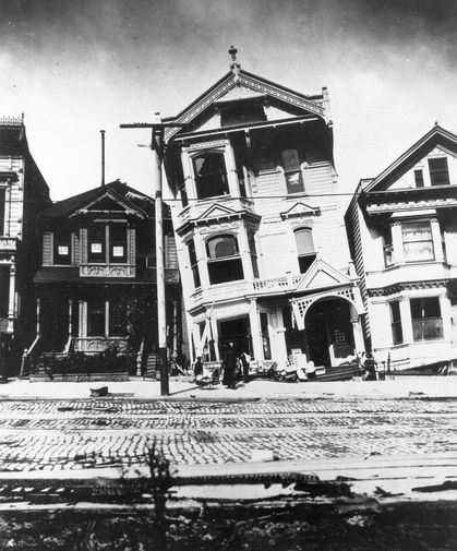 Поврежденные дома на Говард-стрит в Сан-Франциско после землетрясения 18 апреля 1906 года