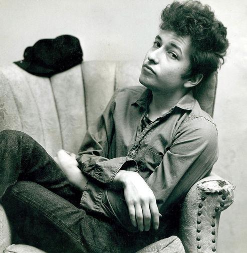 В начале 60-х Боб Дилан всерьез начал музыкальную карьеру. Он бросил университет в Миннесоте и переехал в Нью-Йорк. Дилан быстро прославился в узких кругах фолк-тусовки. На одном выступлении его заметил критик Роберт Шелтон, с его помощью певец заключил контракт с Columbia Records.