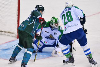 Хоккеисты «Ак Барса» и «Салавата Юлаева» в матче плей-офф Кубка Гагарина