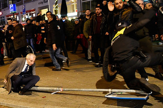 Столкновения демонстрантов с полицией около турецкого консульства в Роттердаме, Нидерланды, 12 марта 2017 года
