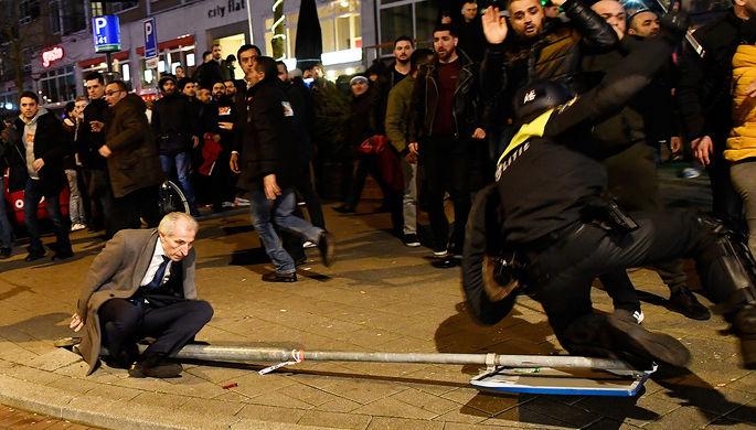 Столкновения демонстрантов с полицией около турецкого консульства в Роттердаме, Нидерланды, 12 марта...