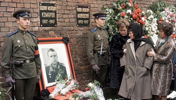 Родные и близкие у могилы Героя Советского Союза летчика-космонавта СССР Владимира Комарова во время похорон. 26 апреля 1967 года