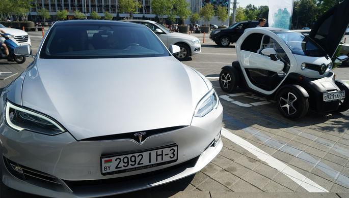Электромобили Tesla S и Renault Twizy на открытии первой в Краснодарском крае парковки для электромобилей и станции быстрой зарядки, 25 июля 2017 года