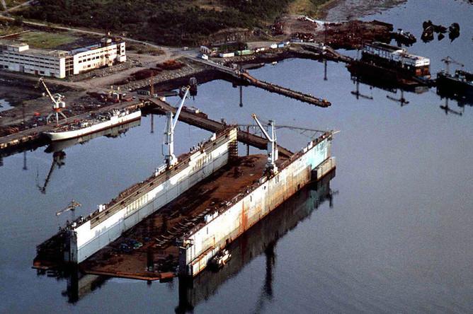 Вид на плавучий док ПД-50 в поселке Росляково под Мурманском перед размещением там системы из баржи «Giant» и АПЛ «Курск», сентябрь 2001 года