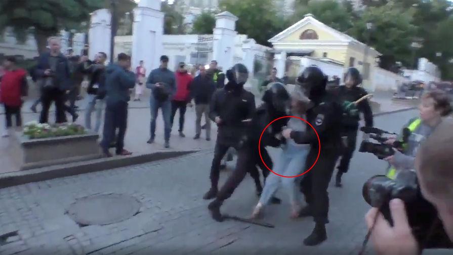 Госпитализирована девушка, получившая удар в живот во время задержания на митинге