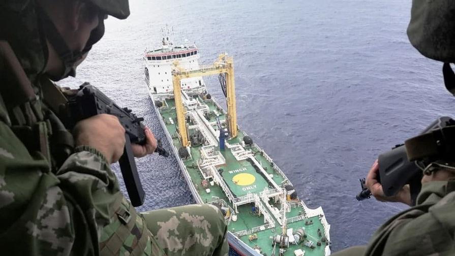 Бойцы Северного флота отработали в Гвинейском заливе спасение от пиратов