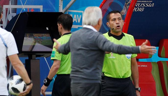 Арбитр матча Франция — Австралия просматривает эпизод нарушения на Антуане Гризманне в штрафной Австралии и через минуту назначит пенальти