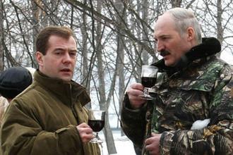 Президенты России и Белоруссии Дмитрий Медведев и Александр Лукашенко во время прогулки в резиденции «Русь» в Тверской области, 2009 год