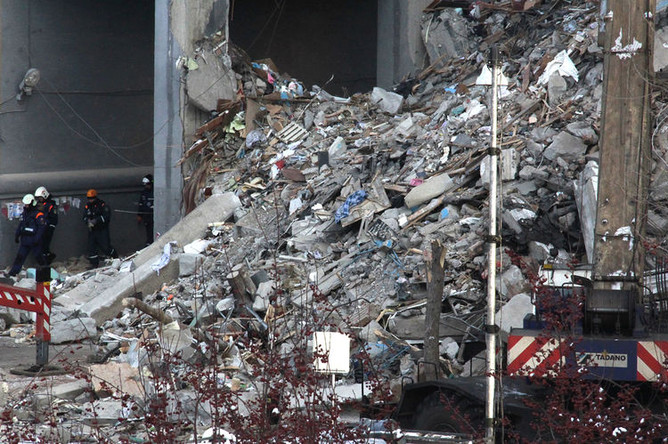 Сотрудники МЧС РФ на месте обрушения одного из подъездов жилого дома на проспекте Карла Маркса дом 164 в Магнитогорске, где произошел взрыв бытового газа, 1 января 2019 года