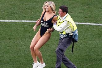 Болельщица выбежала на поле во время финального матча Лиги чемпионов Ливерпуль — Тоттенхэм, 1 июня 2019 года