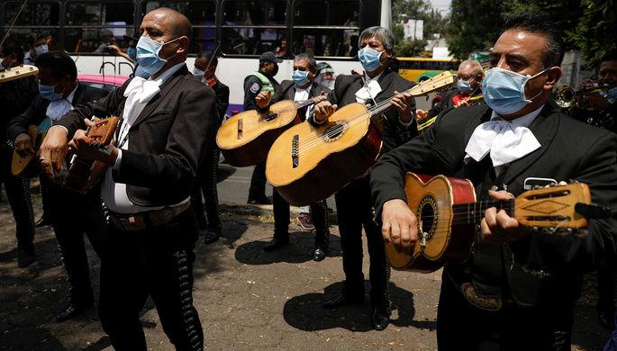 Ансамбль мариачи в Мехико с серенадой в честь врачей Национального института респираторных заболеваний, 7 апреля 2020 года