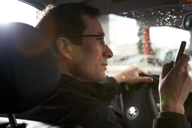Больше половины российских водителей пользуются мобильными телефонами за рулем