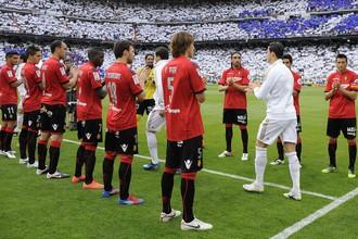 Игроки «Мальорки» приветствуют футболистов «Реала»