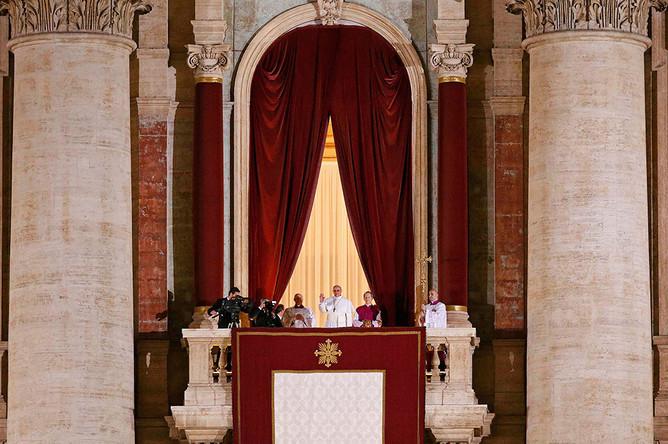 Новоизбранный папа римский Франциск на балконе собора святого Петра
