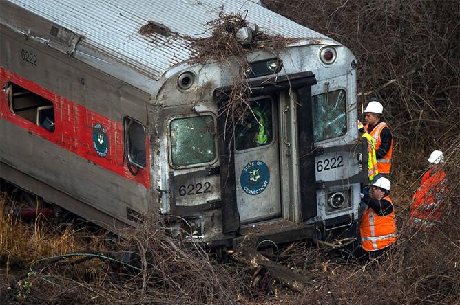 Спасатели работают на месте крушения поезда