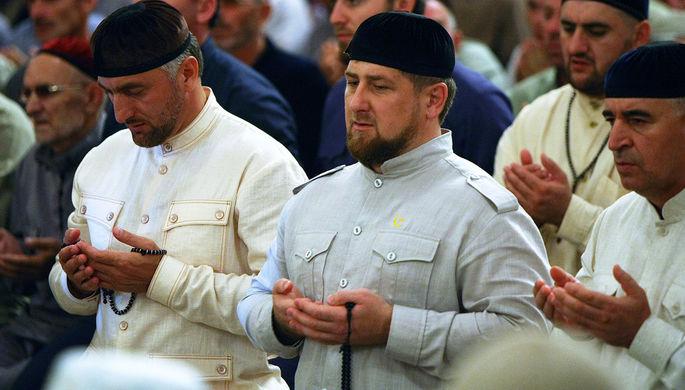 Рамзан Кадыров (в центре) во время вечернего намаза в мечети им. А-Х. Кадырова в Грозном