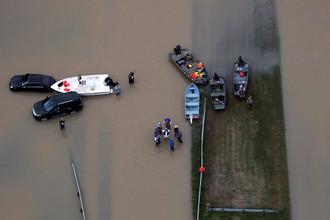 Спасатели на лодках работают в зоне бедствия урагана Харви в Техасе