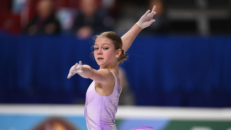 Александра Трусова выступает с короткой программой в женском одиночном катании на чемпионате России по фигурному катанию в Челябинске.