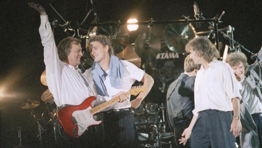 С будущими участниками группы Pink Floyd Сидом Барреттом и Роджером Уотерсом Гилмор познакомился во время обучения в кембриджской Перс Скул. Параллельно с подготовкой к экзамену A-level для поступления в университет музыканты тренировали игру на гитаре. На фото: Pink Floyd во время концерта в Нанте, 1988 год
