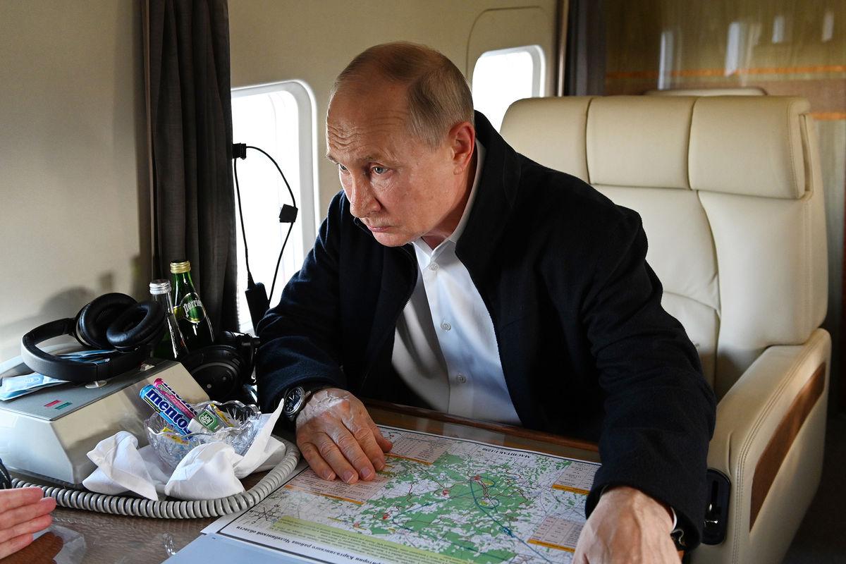 Президент РФ Владимир Путин во время облета навертолете пострадавших от природных пожаров районов Челябинской области, 6 августа 2021 года