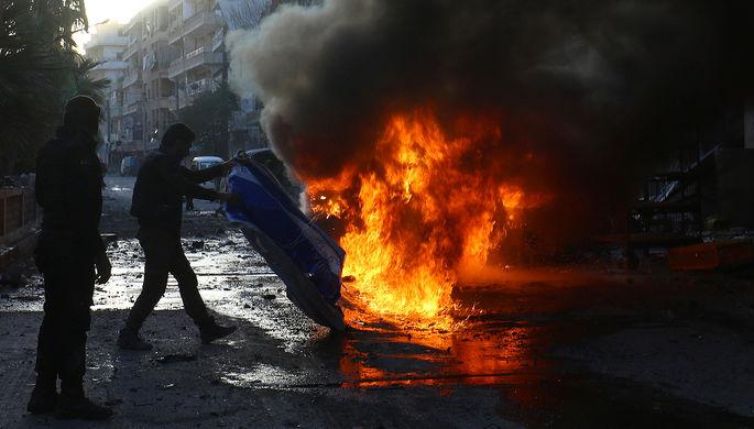 Огонь на месте авиаудара в сирийском городе Эриха, контролируемом повстанцами, февраль 2017 года