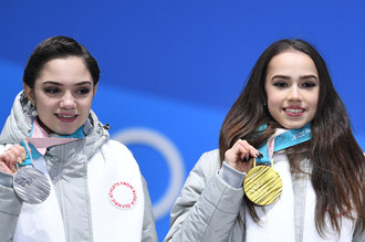 Российские фигуристки Евгения Медведева (слева) и Алина Загитова на церемонии награждения на Олимпийских играх 2018 года в Пхенчхане