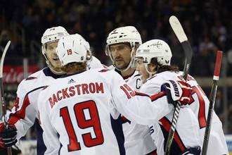«Вашингтон» Александра Овечкина (в центре) сейчас является самой «горячей» командой НХЛ