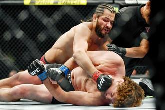 Хорхе Масвидаль избивает Бена Аскрена в поединке на UFC 239.