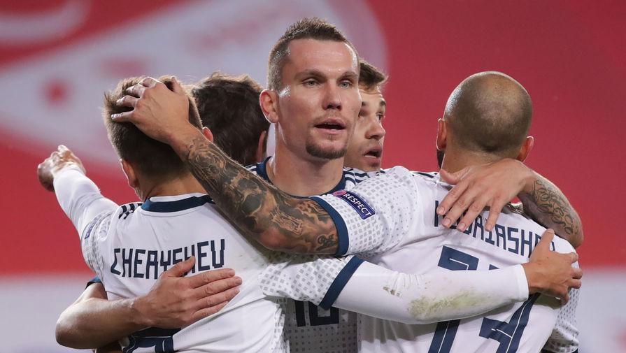 Игроки сборной России радуются забитому голу в матче 5-го тура Лиги наций УЕФА между сборными Турции и России, 15 ноября 2020 года. В центре: Антон Заболотный