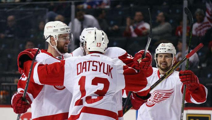 Хоккеисты «Детройта» празднуют организованное Павлом Дацюком (№13) первое взятие ворот в матче