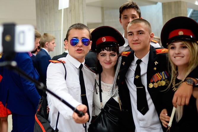 Выпускники фотографируются в фойе Государственного Кремлевского дворца перед началом церемонии вручения VI Всероссийской премии «Выпускник-2016» в Москве