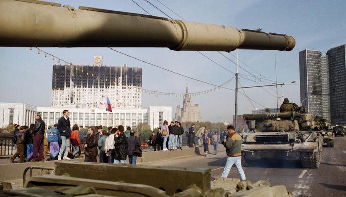 Танки на Ново-Арбатском мосту около Белого дома в Москве, октябрь 1993 года