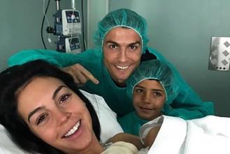 Криштиану Роналду-старший, Криштиану Роналду-младший и Джорджина Родригес в родильном отделении сразу после рождения Аланы Мартины