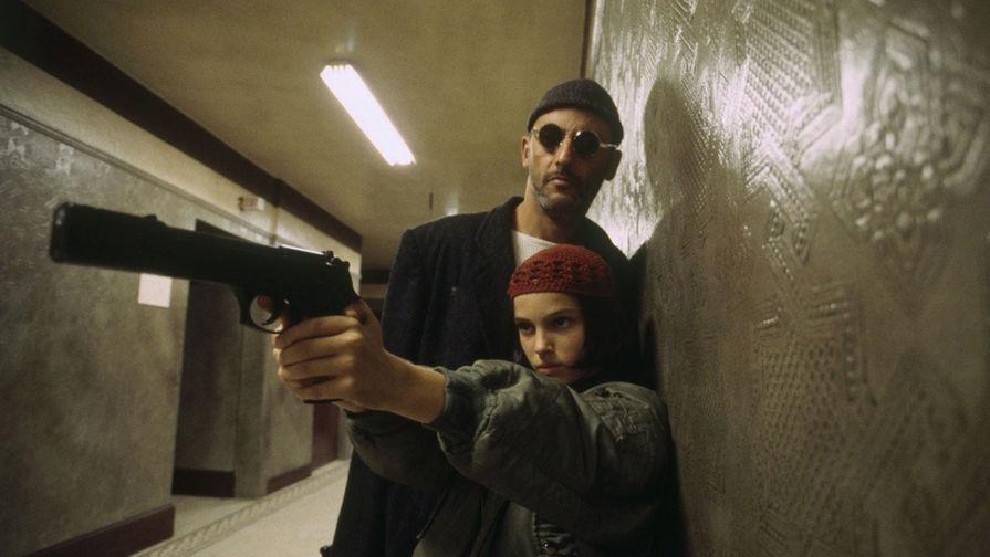 После съемок в «Леоне» СМИ окрестили Портман «юной соблазнительницей». Актриса признавалась, что ее пугало излишнее мужское внимание, ведь на тот момент ей было 11 лет. Из-за этого опыта у нее начались проблемы с сексуальностью. Жан Рено и Натали Портман в фильме «Леон» (1994)