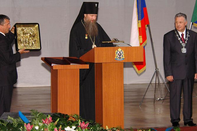Губернатор Хабаровского края Виктор Ишаев в Хабаровском театре музыкальной комедии во время торжественной церемонии официального вступления в должность главы региона, 2007 год