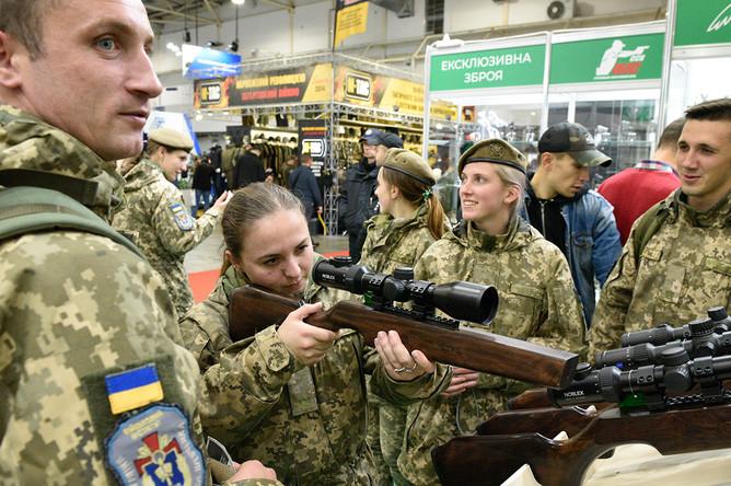 Посетители осматривают снайперские винтовки на международной специализированной выставке «Оружие и безопасность- 2019» в Киеве.