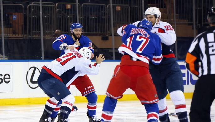 Игроки «Нью-Йорк Рейнджерс» и «Вашингтон Кэпиталз» дерутся в матче регулярного чемпионата НХЛ