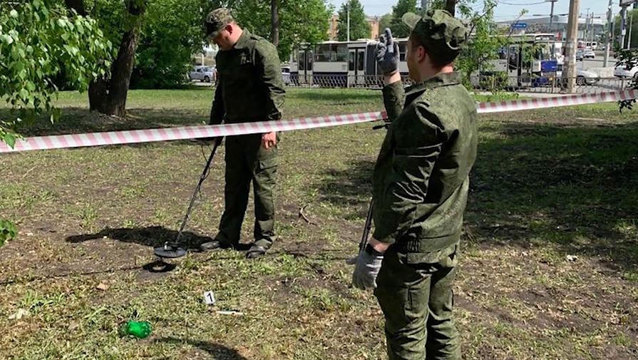 Сотрудники правоохранительных органов во время работы в парке возле железнодорожного вокзала, где убили трех человек, 17 мая 2021 года