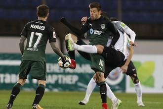 Игрок «Краснодара» Федор Смолов (справа) в борьбе за мяч