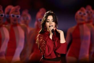 Певица Камила Кабельо во время выступления на MTV Europe Music Awards в Лондоне, 12 ноября 2017 года