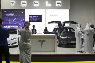 Стенд компании Tesla на Dubai Motor Show 2017