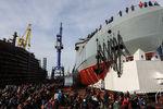 Головной патрульный корабль ледового класса «Иван Папанин» проекта 23550 во время спуска наводу напредприятии «Адмиралтейские верфи», 25 октября 2019 года