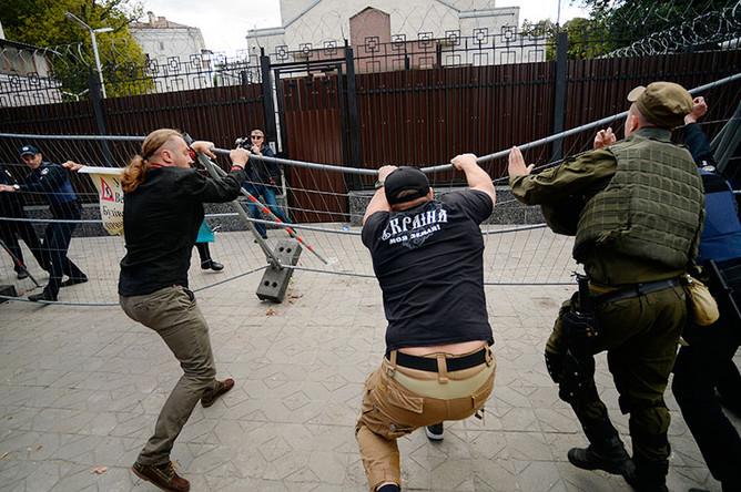Активисты националистических организаций у посольства России в Киеве
