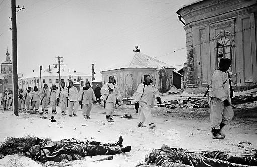Советские солдаты идут по освобожденным улицам города Калинина