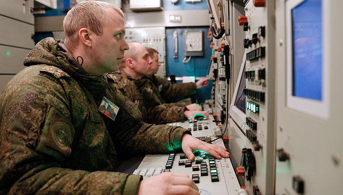 Военнослужащие подразделений противовоздушной обороны (ПВО) Балтийского флота во время тренировки по...