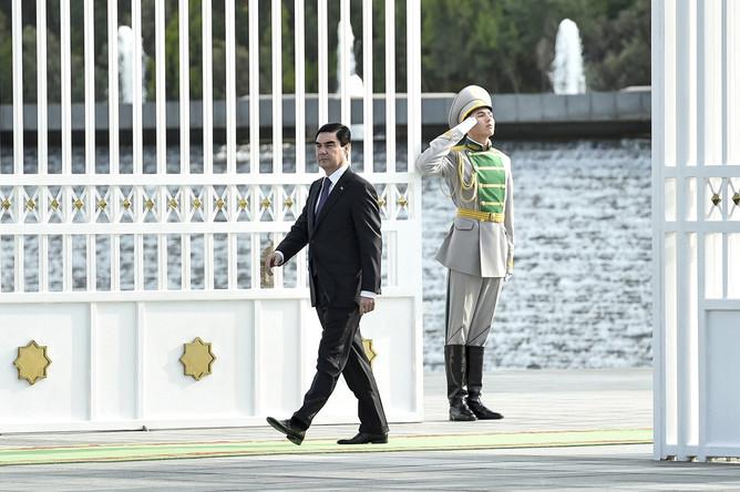 Президент Туркмении Гурбангулы Бердымухамедов перед встречей с президентом Украины Петром Порошенко в Ашхабаде, 2015 год
