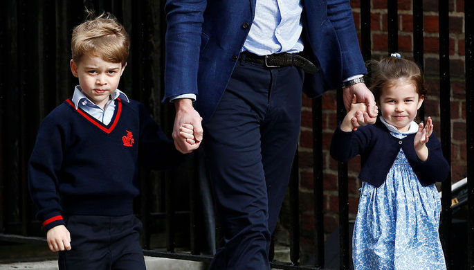 Принц Джордж и его сестра Шарлотта у госпиталя Святой Марии в день рождения своего брата Луи 23 апреля 2018 года. Джордж и Шарлотта также родились в этом госпитале