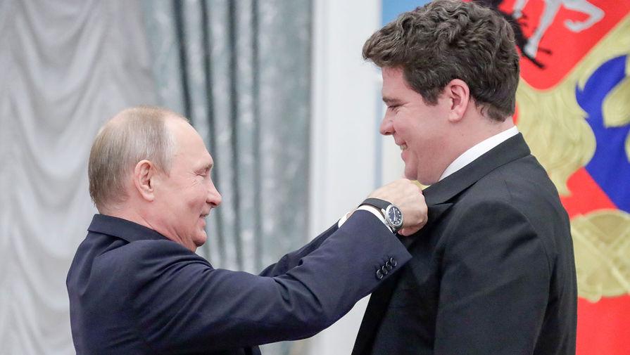 Президент РФ Владимир Путин и пианист Денис Мацуев, награжденный орденом Почета на церемонии вручения государственных наград РФ в Кремле, 2018 год